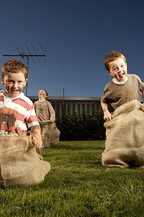 Outdoor game ideas: Nice weather – that means finally playing outside! Kindergarten Party, Medieval Party, Farm Activities, Field Day, Disco Party, Outdoor Games, Pre School, School Projects, Best Part Of Me