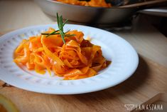 In fact, it is a carrot cut into strips with a peeler for vegetables…. but after frying it with butter, orange juice and in combination with dried tomatoes, nuts, parmesan and parsley, it is a surprisingly delicious combination of flavours, ideal for the main course.