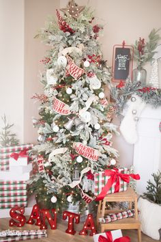 Give your Christmas home the elegant touch. Here are Elegant Christmas Home Decor ideas. These Christmas decors are simple, DIY Decors which you can do. Classic Christmas Decorations, Christmas Tree Design, Beautiful Christmas Trees, Christmas Tree Themes, Elegant Christmas, Noel Christmas, Country Christmas, Christmas Wreaths, White Christmas