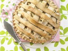 Der Apfelkuchen kommt duftend aus dem Ofen und schmeckt einfach köstlich. Klassischer Apfelkuchen - nach amerikanischer Art - smarter - Kalorien: 364 Kcal - Zeit: 1 Std.  | eatsmarter.de