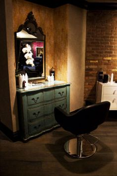 NYC's Whittemore House:Historic Landmark's Basement Converted into Hip, New Salon - Beauty News NYC - The First Online Beauty Magazine Home Hair Salons, Small Salon, Salon Stations, Beauty Salon Decor, Design Salon, Spa Rooms, Salon Business, Salon Furniture, Fancy Houses