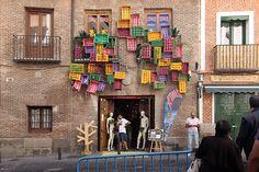 Pallets decorando la fachada de un edificio en Madrid.
