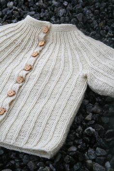 Rosett pattern by Dale Design Free Norwegian baby sweater pattern. Can any one convert to English. Love the patternFree Norwegian baby sweater pattern. Can any one convert to English. Love the pattern Baby Knitting Patterns, Baby Sweater Patterns, Knit Baby Sweaters, Knitting For Kids, Baby Patterns, Free Knitting, Knitting Projects, Crochet Patterns, Cardigan Pattern