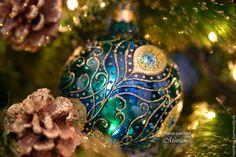 Стеклянный елочный шар `Перо павлина`. Витражная роспись