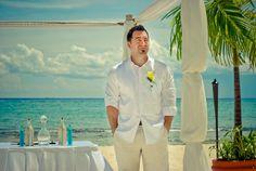 Los trajes de lino o de tejidos ligeros, así como las guayaberas, son ideales para bodas en playa.