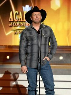 Garth Brooks Photos - Singer/songwriter Garth Brooks speaks onstage during the Annual Academy Of Country Music Awards at the MGM Grand Garden Arena on April 2014 in Las Vegas, Nevada. - Annual Academy of Country Music Awards Show American Country Music Awards, Academy Of Country Music, Country Music Artists, Country Music Stars, Country Singers, Shameless Garth Brooks, Friends In Low Places, Country Videos, Entertainer Of The Year