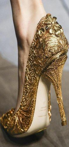 chaussures à talon haut d'or