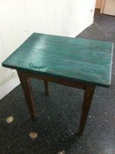 Mesa tocinera con sobre verde