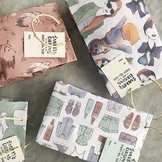 La Navidad se celebra comiendo buñuelos con natilla, viendo ''Mi pobre angelito'' 1 y 2, montando en chiva, viendo alumbrados en Medellín y empacando regalos así de lindos. ¿Ustedes como lo celebran? Bolsas ilustradas para regalar 🎄 #fashion #illustrated #wrappingpaper #MerryChristmas
