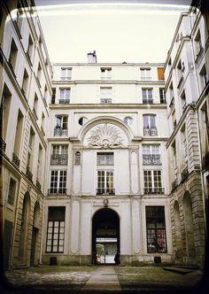 Courtyard in Ile Saint Louis, Paris Ile Saint Louis, St Louis, Tour Eiffel, Paris Architecture, Grand Paris, Paris Love, Small Island, Louvre, House Design
