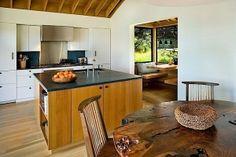 Dieses Haus befindet sich in Sea Ranch, Kalifornien. Es ist von viel Vegetation umgeben und hat eine tolle Aussicht auf die Umgebung und das Meer. Die Bewohner haben sich eine schlichte Architektur gewünscht, im Stil von japanischer Simplizität. Die Archit