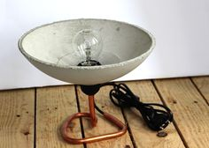"""Lampe """"BOWL"""" mit Betonschirm und Kupferfuß"""