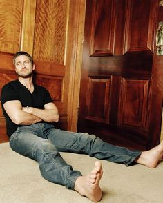 Gerard Butler ~ ahhh the toes :D, male actor, celeb, steaming hot, handsome, relaxed, feet, jeans, sexy, powerful face, intense eyes, portrait, photo
