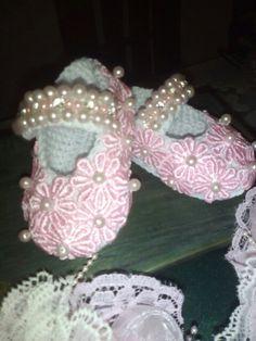Bellos zapatos tejido para las nenas de la casa. Tejidas con delicadas flores bordadas y finos detalles en perla y cristal