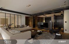 客廳和遊戲間以清玻璃隔間,除了擴充親子互動的空間,即便小孩獨自在遊戲室裡,大人也可就近看顧。    內容來源:設計家   http://www.searchome.net/article.aspx?id=19012