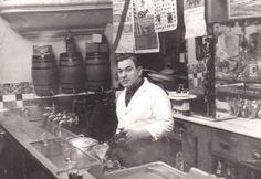 Bar Luís Urrutia en la Calle Moratín, 15 de Madrid, Barrio de las Letras. Abril de 1954. Tras la barra, Luís Urrutia.