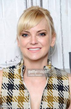 Actress Anna Faris visits Build to discuss her podcast 'Unqualified' at Build Studio on October 2017 in New York City. Get premium, high resolution news photos at Getty Images Anna Faris, Mom Tv Show, Joanna Pettet, Celebs Without Makeup, Interview, Tv Girls, Girl Celebrities, Classy Women, Best Actor