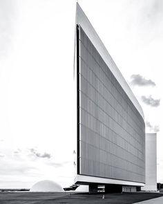 O Tribunal Superior Eleitoral (TSE), Brasilia, Óscar Niemeyer arquitecto 2005.  O prédio da nova sede do Tribunal Superior Eleitoral é um projeto de Oscar Niemeyer, cujo contrato com a administração da Corte foi assinado em 2005. Logo em seguida, no mesmo ano, foi colocada a pedra fundamental da construção, marcando o início efetivo da edificação. O prédio da sede se destaca pela moderna arquitetura, pela sustentabilidade e também pela acessibilidade, mantidos pela rigorosa fiscalização dos…