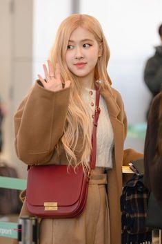 """스라이로제 𝕊𝕃𝕐 ℝ𝕆𝕊𝔼' on Twitter: """"200113 ICN   #블랙핑크 #로제 #BLACKPINK #ROSÉ… """" Blackpink Fashion, Korean Fashion, Foto Rose, Rose Park, Jennie Lisa, Blackpink Photos, Park Chaeyoung, Airport Style, Yg Entertainment"""
