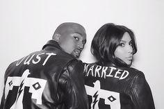 Kim e Kanye combinam jaqueta com a expressão 'recém-casados' Foto do casal com jaquetas combinando foi publicada por Khloe Kardashian, irmã da socialite(Foto: Reprodução/Instagram)