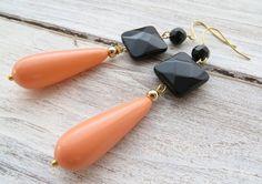 Orecchini con onice nero e gocce corallo rosa, gioielli pietre dure, bijoux