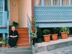 Стекло в Тбилиси не случайно выбрали в качестве одного из основных строительных материалов. Таким образом прошлое правительство пыталось бороться с коррупцией: предполагалось, что в государственных учреждениях вся работа должна быть на виду и любой желающий может даже с улицы понаблюдать за ней.