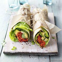 Anstelle von Fleisch oder Bohnen werden bei diesem Rezept mal Gemüsenudeln verpackt. Die Wraps eignen sich auch sehr gut zum Mitnehmen.