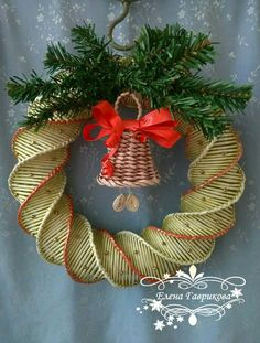 Елена Гаврикова Newspaper Basket, Newspaper Crafts, Holiday Wreaths, Holiday Crafts, Xmas Ornaments, Christmas Decorations, Diy Y Manualidades, Paper Weaving, Navidad Diy