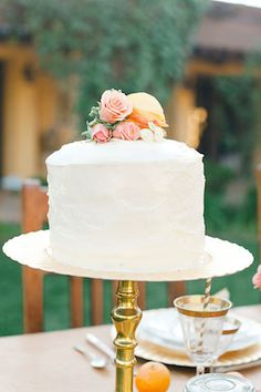Single tier, flower adorned cake | Amy Carlston Photography | see more on: http://burnettsboards.com/2014/07/summery-citrus-wedding-ideas/