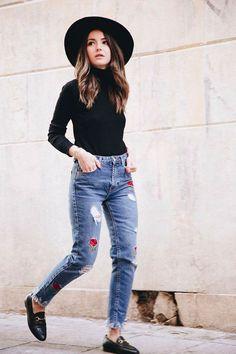 Look de inverno com turleneck + calça jeans de patches + mule e chapéu.