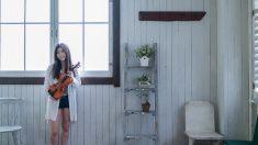 若い女性運ぶバイオリンのお部屋で stock photo