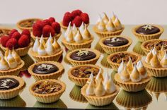 In addition to preparing the main meals that will be served at the wedding, there are also those that cannot be missed, namely desserts. These dessert. Small Desserts, Fancy Desserts, Köstliche Desserts, Wedding Desserts, Dessert Recipes, Chocolate Desserts, Wedding Cakes, Tart Recipes, Sweet Recipes