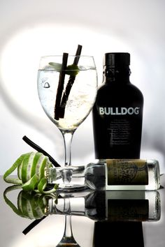 Bulldog Gin es una ginebra Premium de diseño, tipo London Dry de 40,0 % alc./vol. Fun Cocktails, Cocktail Drinks, Bar Drinks, Alcoholic Drinks, Best Gin, My Bar, Cocktail Making, Gin And Tonic, Packaging