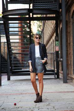 . Shorts: Mango (old)  . Blazer: Zara Studio (old) Similar HERE or HERE . Botines / Booties: Bimba&Lola . Bolso / Bag: Chanel  . Gafas / Sunnies: Bob Sdrunk