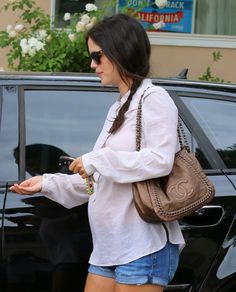 Rachel Bilson and chain tote Celebrities Carrying Chanel Burberry, Gucci, Vintage Louis Vuitton, Birkin, Chanel Clutch, Chanel Bags, Clutch Bag, Nike Free, Chanel Reissue