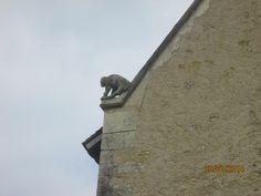 la Motte (86): les pignons, restaurés à l'identique en 1991,ont conservé, à la naissance des rampants, 2 sculptures de félin, en ronde-bosse.
