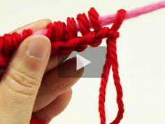 In deze video leert Beatriz je de fijne kneepjes van Knooking. Knooking staat als combinatie voor hooking (haken) en knitting (breien) en is ook precies dat: een vorm tussen het haken en breien in. Dankzij de speciale knooking-naald maak je met deze nieuwe techniek al je brei- en haakprojecten in een handomdr