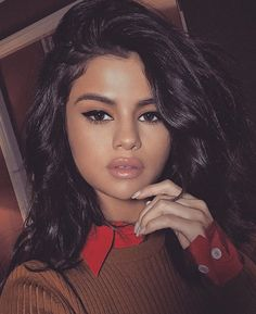 Selena Gomez amped up her beauty look à la Sophia Loren with a graphic cat eye, a hint of bronzer and a swipe of pale lip gloss. Selena Gomez Fashion, Selena Gomez Makeup, Selena Gomez Fotos, Selena Gomez Style, Selena Gomez Nails, Selena Gomez Selfies, Selena Selena, Beauty Makeup, Hair Makeup