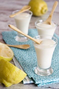 CREMA RÁPIDA DE LIMÓN    1 lata pequeña de leche condensada (400 gr.)  4 yogures de limón  El zumo exprimido de 2 limones hermosos