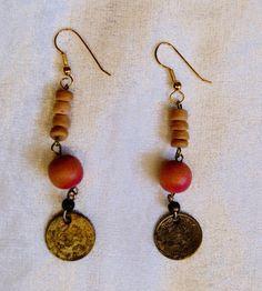 Oorbellen met gekleurde kralen en antieke munt - O6 - 1 pair of earrings with…