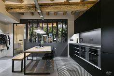 Elegante apartamento en Poblenou con un estilo industrial inconfundible. Industrial Interiors, Industrial Chic, Industrial Apartment, Industrial Design, Industrial Furniture, Kitchen Dinning, Kitchen Decor, Style Loft, Diy Rustic Decor