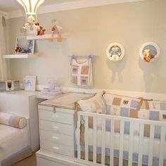 Trocador integrado ao berço para economizar espaço no quarto do bebê.