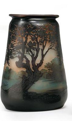 Emile GALLÉ (1846 - 1904) Paysage lacustre Vase en verre multicouche
