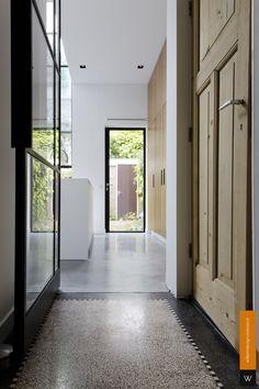 Oude granitovloer gecombineerd met een gevlinderde betonvloer.