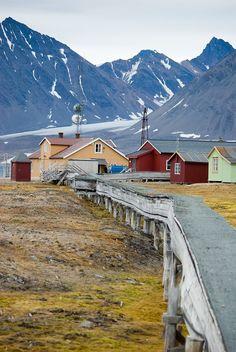 File:Ny-Ålesund buildings and pipes. Alesund, Oslo, Sweden Stockholm, Land Of Midnight Sun, Svalbard Norway, Norway Viking, Beautiful Norway, Visit Norway, Voyage Europe