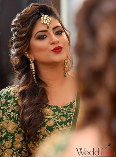 "Weddinsta Pictures ""Sudhanshu & Pragya ( Portrait Album )"" Bridal Makeup - Bride Wearing a Gold Choker with a Green Emerald and Bronze Makeup, Gold Jewelry Tikka. Pakistani Bridal Hairstyles, Lehenga Hairstyles, Hairstyles For Gowns, Bridal Hairstyle Indian Wedding, Bridal Hair Buns, Wedding Hair Side, Bridal Hairdo, Long Hair Wedding Styles, Braided Hairstyles For Wedding"