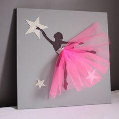 Un magnifique tableau avec une danseuse classique au tutu en relief rose. Un tableau décoratif très élégant et très original. Une pièce unique faire sur mesure. Pour toutes les petites filles.