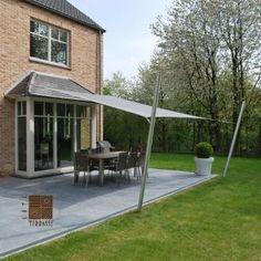 Solution d'ombrage au delà d'un bow-windows; l'avancée de la voile permet de créer l'ombrage au dessus de la table. COTE TERRASSE
