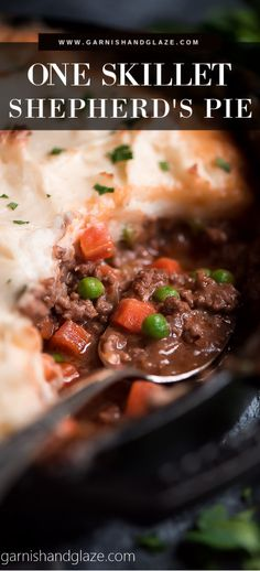 Enjoy a warm and hearty Irish meal with this Easy Skillet Shepherd's Pie! It's a great way to use up those leftover mashed potatoes! Shredded Chicken Recipes, Easy Chicken Recipes, Beef Recipes, Salad Recipes, Vegetarian Recipes, Cooking Recipes, Easy Recipes, Skillet Recipes, Popular Recipes