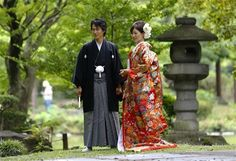 Dass Bräute hierzulande in der Regel in klassischen weißen Kleidern heiraten, dürfte bekannt sein. Doch wie sieht das eigentlich in anderen Kulturkreisen aus? Zum Beispiel bunt, wie Japan beweist. Hier ist ein Ehepaar in traditionellen Hochzeitskimonos zu sehen.  (Bild-Copyright: AP)